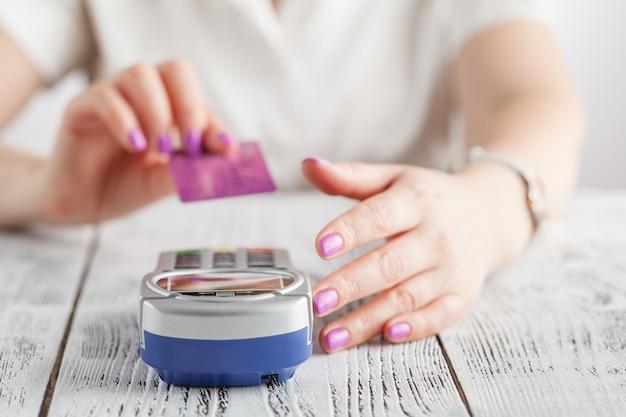 Femme paie par carte de crédit