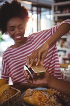 Femme, paiement, facture, par, smartphone, utilisation, nfc, technologie