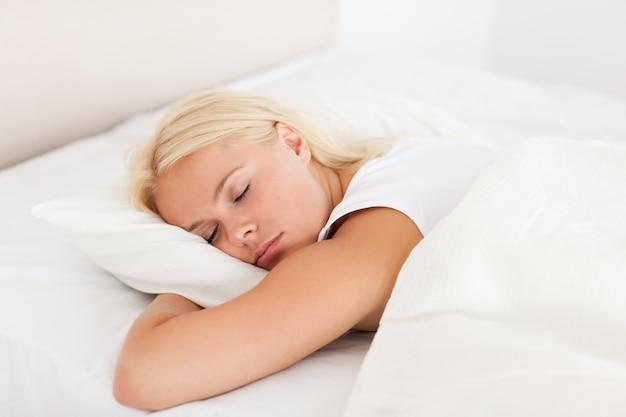 Femme paisible dormant