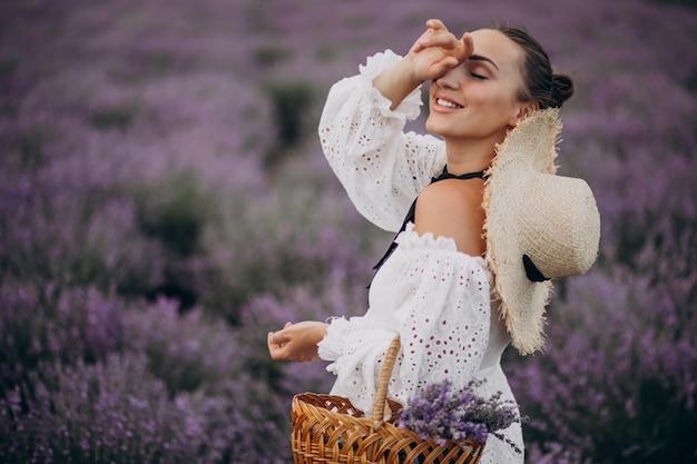Femme avec panier de collecte de lavande