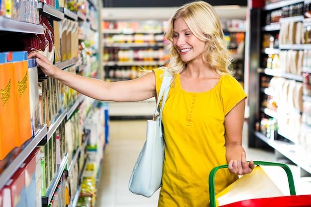 Femme avec panier cueillant un produit