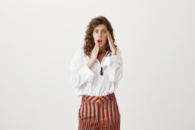 Femme paniquée anxieuse à alarmé, ayant des problèmes