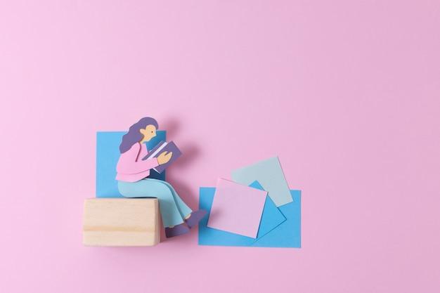Femme en papier vue de dessus avec post-it