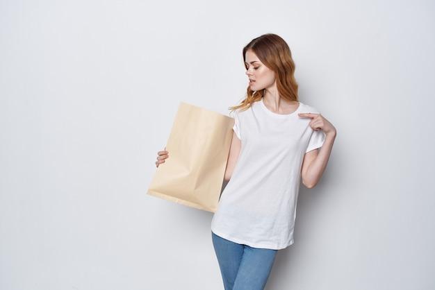 Femme avec un paquet d'épicerie shopping emballage shopping