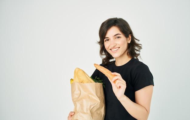 Femme avec paquet de nourriture saine alimentation ménage en magasin.