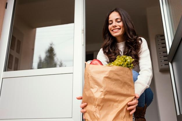Femme avec paquet de nourriture