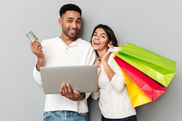 Femme, paquets, homme, carte de crédit, regarder, appareil photo