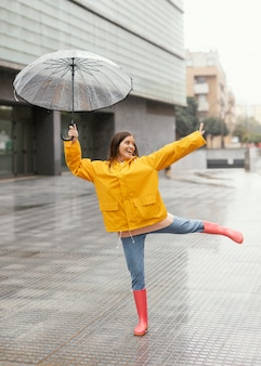 Femme, à, parapluie, debout, sous, pluie, vue frontale