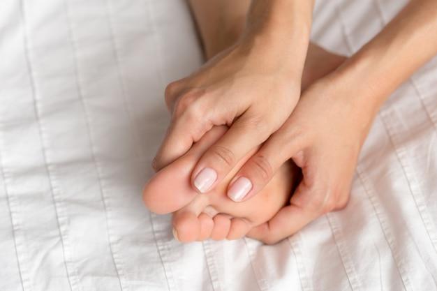 Femme parfaite et belle jambes sur le lit