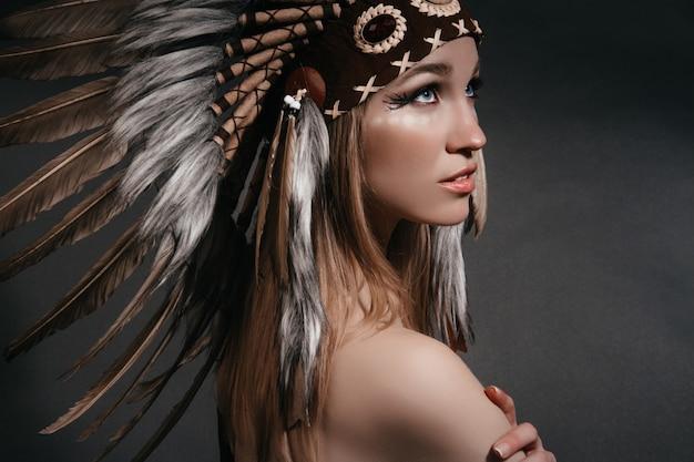 Femme parfaite en costume d'indiens d'amérique en fumée