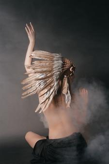 Femme parfaite nue dans le costume des indiens d'amérique