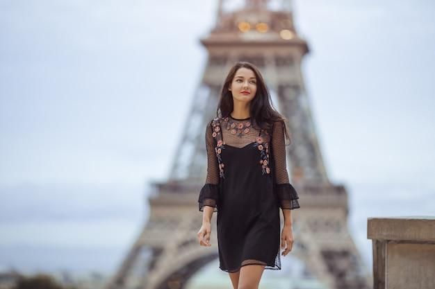 Femme parisienne près de la tour eiffel à paris, france.