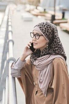 Femme parlant au téléphone à l'extérieur