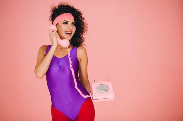 Femme parlant au téléphone filaire isolé