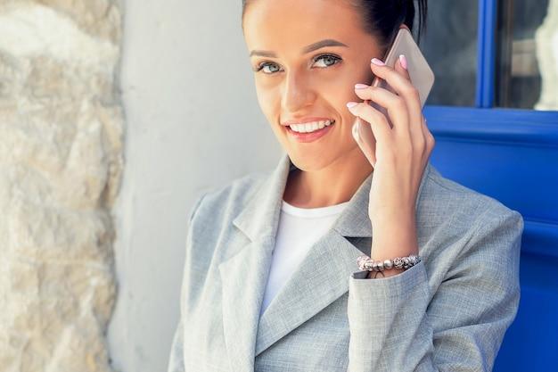 Femme parlant au téléphone intelligent.