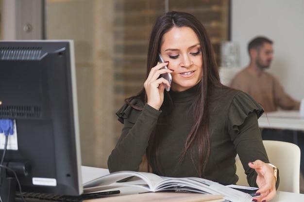 Femme parlant au téléphone et à la lecture