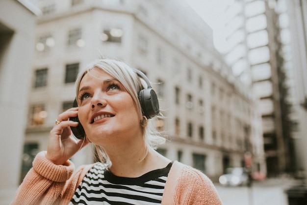 Femme parlant au téléphone à londres