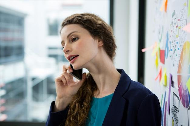 Femme parlant au téléphone mobile