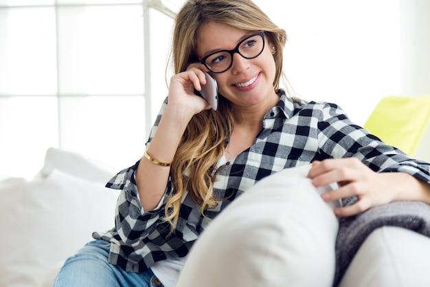 « femme parlant au téléphone mobile »