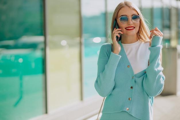 Femme parlant au téléphone par centre commercial