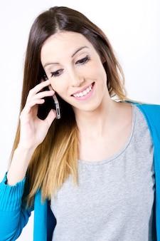 Femme parlant au téléphone en studio