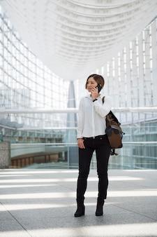 Femme parlant au téléphone