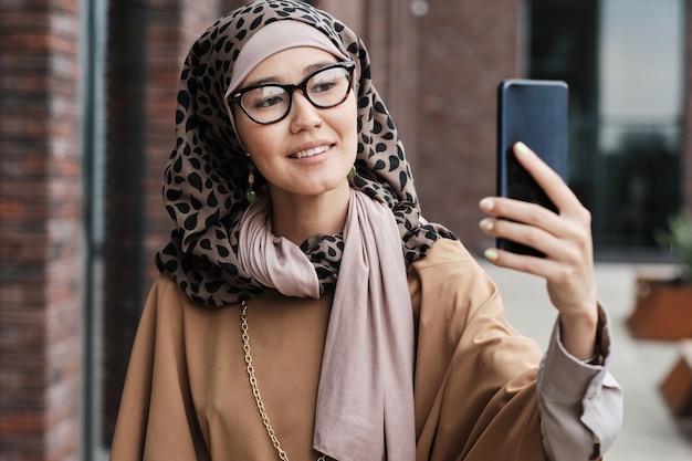 Femme parlant en ligne au téléphone