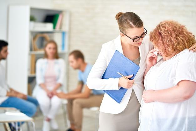 Femme parlant un à un avec un psychiatre
