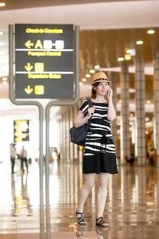 Femme parlant sur smartphone dans l'aéroport