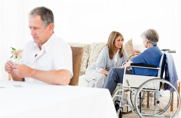Femme parlant avec son amie pendant que son mari regarde quelque chose