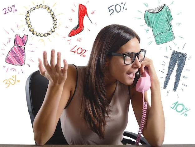 Femme parlant de ventes