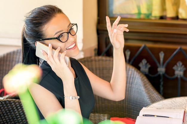 Une femme parle au téléphone.