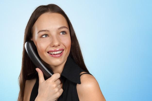 Femme parle au téléphone