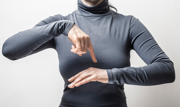 Femme parle la langue des signes sourds.