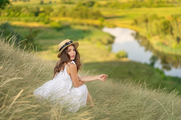 La femme parmi les herbes. prairie. paysage
