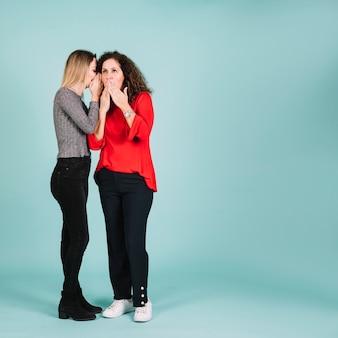 Femme partage le secret avec la mère