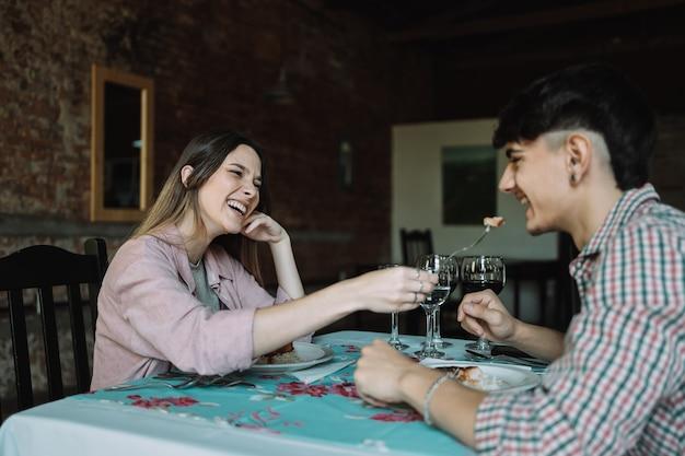 Femme partageant un délicieux repas avec son petit ami dans un restaurant.