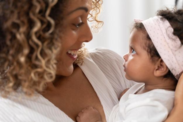 Femme passant du temps avec sa petite fille