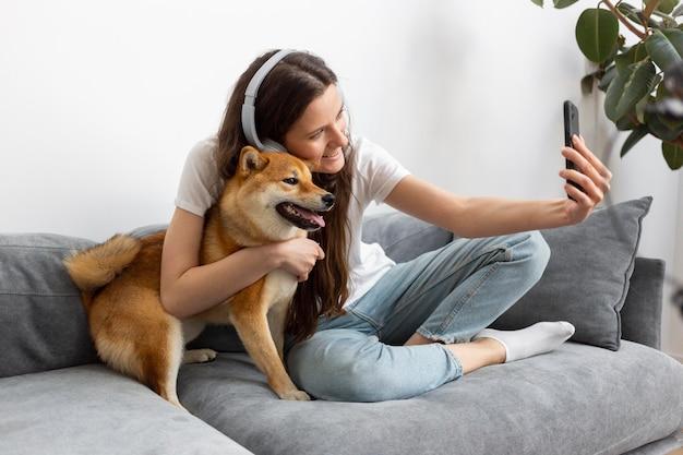 Femme passant du temps avec son chien
