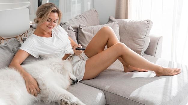 Femme passant du temps avec son dor