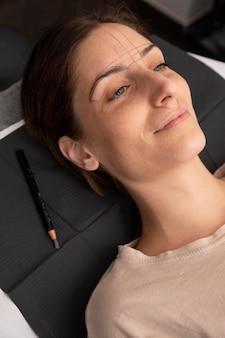 Femme passant par une procédure de microblading