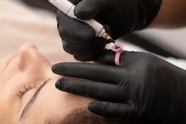 Femme passant par un traitement de microblading