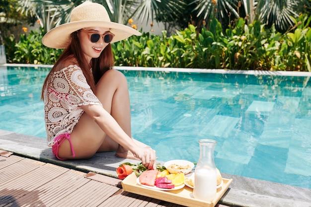 Femme, passer du temps au bord de la piscine