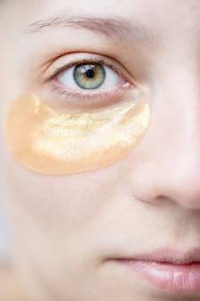 Femme avec des patchs sous les yeux pour protéger et hydrater la peau