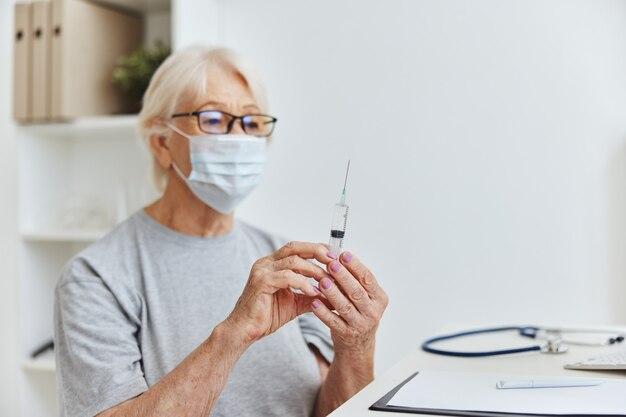 Femme patiente masque médical vaccin passeport seringue à la main. photo de haute qualité