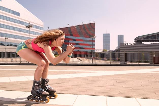 Femme patin à roulettes