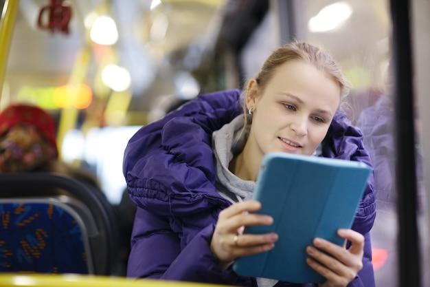 Femme avec pavé tactile dans le bus