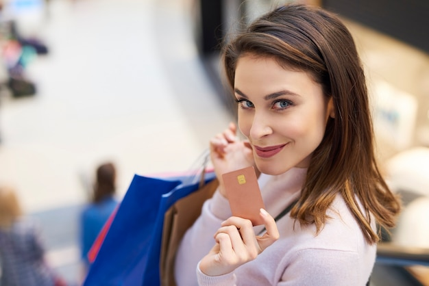 Femme payant avec carte de crédit pour faire du shopping