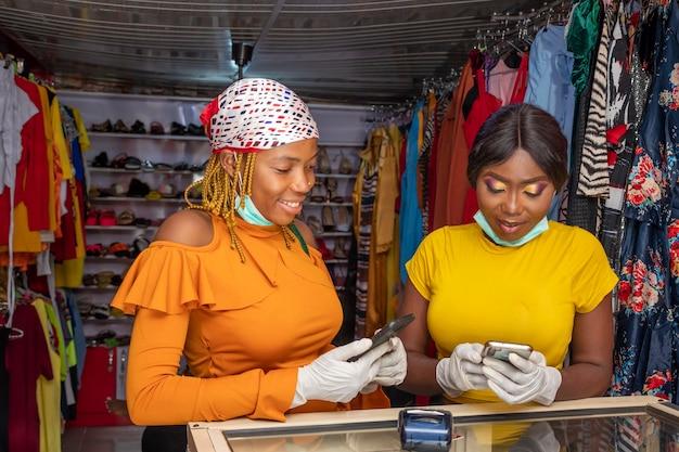 Femme payant par transfert mobile dans un magasin, payant avec crypto-monnaie