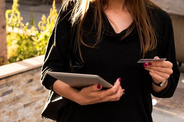 Femme payant ses factures en ligne